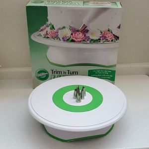 Wilton cake turntable and tips